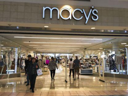 La entrada de una tienda Macy's en el centro comercial Plaza las Américas, en San Juan, Puerto Rico, el 27 de marzo de 2017. (AP Foto/Carlos Giusti)