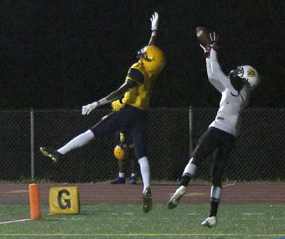 Parkville WR #2, Joshua Smith makes this catch in the end zone, his second TD, making the 21-7 in the 4th quarter. Catonsville DB #1, Jayvon Brown defending. Catonsville Comets hosted Parkville Knights in football Friday, September 24, 2021. Parkville defeated Catonsville 34-7. Previously unbeaten Catonsville falls to (3-1) as Parkville climbs to (2-2)