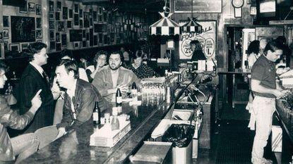 Ralph Truitt tends bar at the Charles Village Pub in 1987.