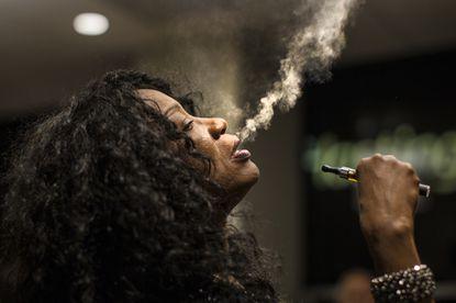Linda Evans raucht einer Zigarette (oder Cannabis)