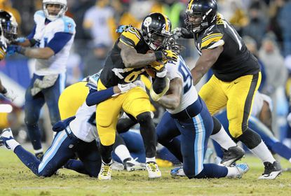 NASHVILLE, TN - NOVEMBER 17: Le'Von Bell #26 of the Pittsburgh Steelers runs with the ball during the game against the Tennessee Titans at LP Field on November 17, 2014 in Nashville, Tennessee. (Photo by Andy Lyons/Getty Images) ** OUTS - ELSENT, FPG - OUTS * NM, PH, VA if sourced by CT, LA or MoD **