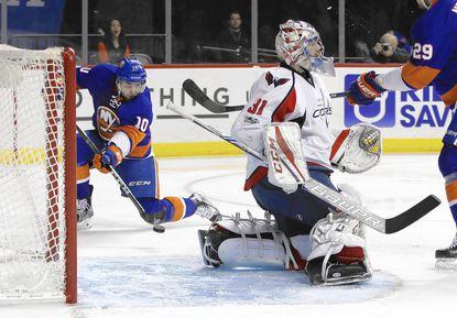 Islanders beat Capitals, cruising under Weight