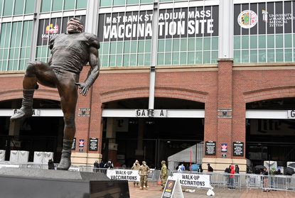 The Ray Lewis statue outside the M&T Bank Stadium Mass Vaccination Site sports a face covering. (Kim Hairston/Baltimore Sun).